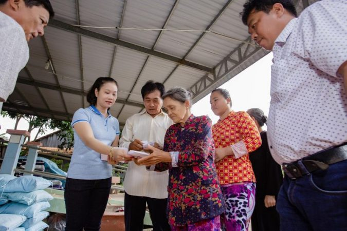 Á Hậu Kim Phụng trở về quê hương làm từ thiện sau khi đăng quang