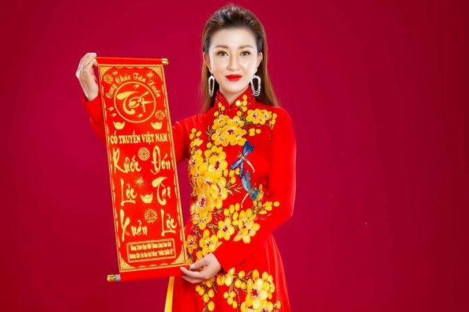 """Dịu dàng trong tà áo dài, Hoa hậu Kiều Tiên """"cung chúc tân Xuân"""""""