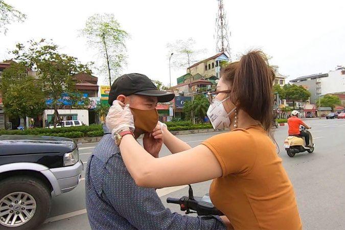 Người phụ nữ xuống đường phát 1.500 khẩu trang miễn phí trên đường phố Hà Nội