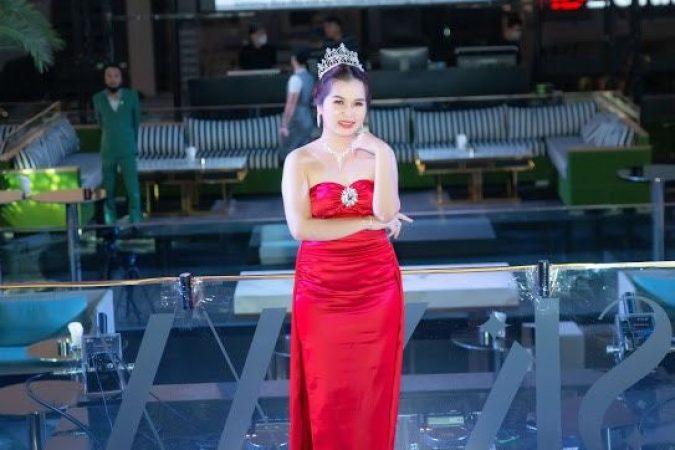 Á hậu Văn Diệu Hồng chúc mừng Hoa hậu Kimmy Bùi tại dạ tiệc tri ân